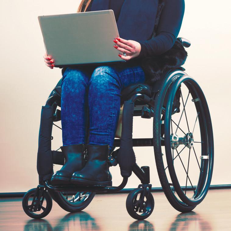 אישה בכסא גלגלים (צילום: אינג אימג')