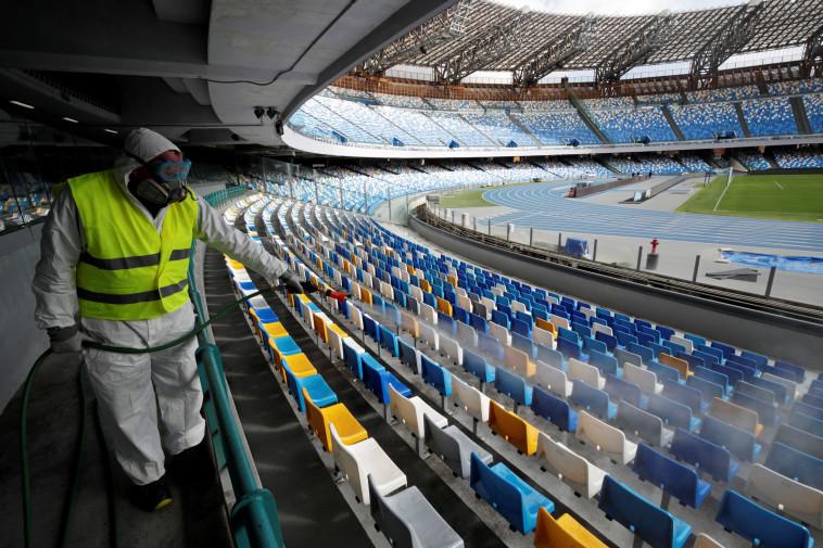 הקורונה באיטליה: חיטוי אצטדיון (צילום: Ciro De Luca, REUTERS)