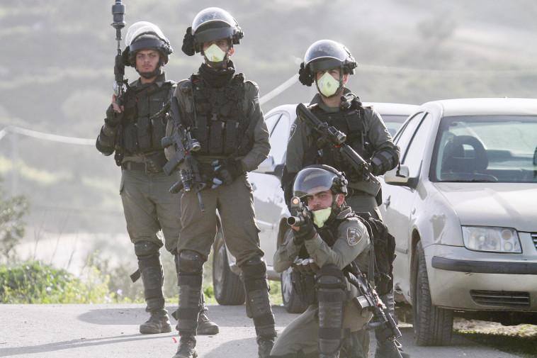 חיילי צה''ל עם מסיכות (צילום: רויטרס)