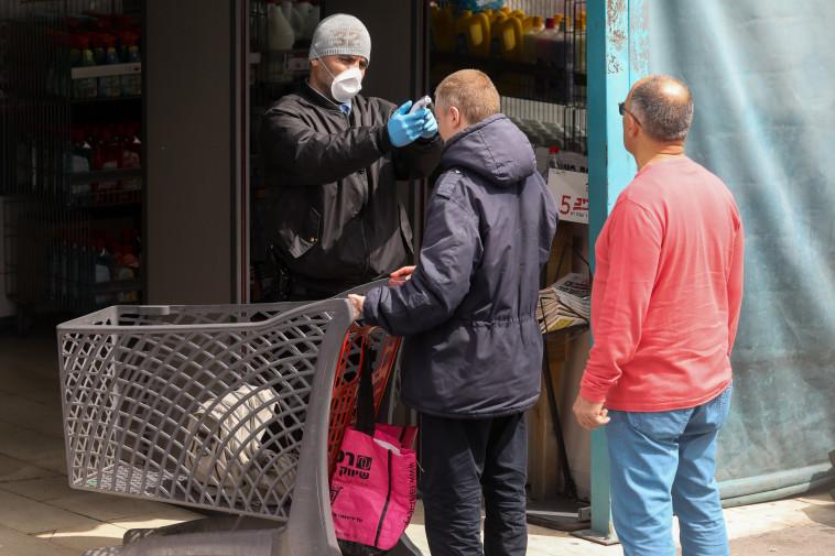 קורונה: בדיקת חום בכניסה לסופרמרקט (צילום: מרק ישראל סלם)