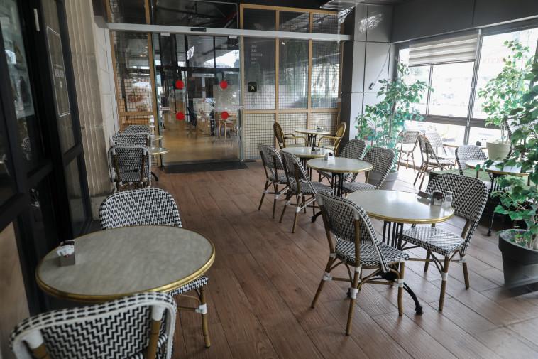 הקורונה בישראל: בית קפה ריק מאדם (צילום: מרק ישראל סלם)