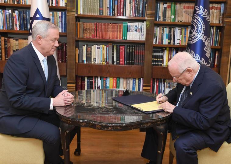 ראובן ריבלין ובני גנץ (צילום: מארק ניימן, לע''מ)