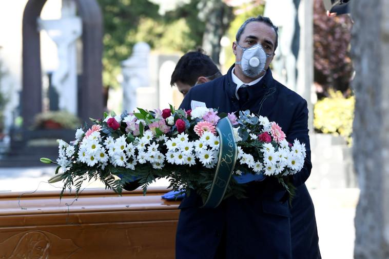 קורונה: טקס הלוויה לאחד הקורבנות בברגמו (צילום: REUTERS/Flavio Lo Scalzo)
