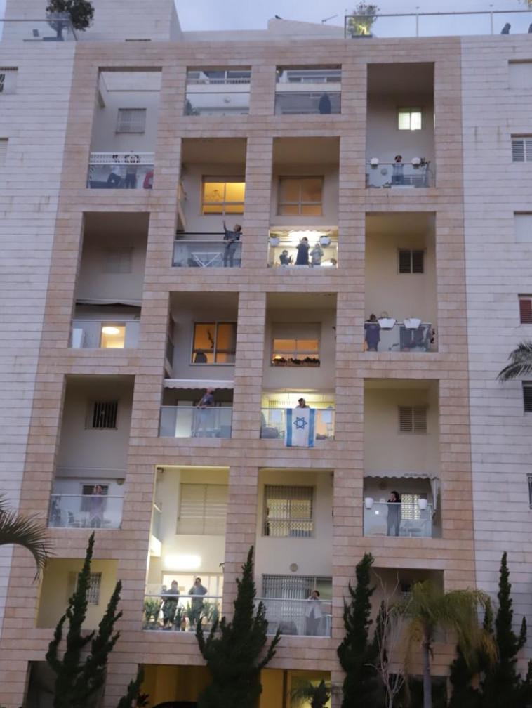 מוחאים כפיים לצוותים הרפואיים בצפון ת''א (צילום: אבשלום ששוני)