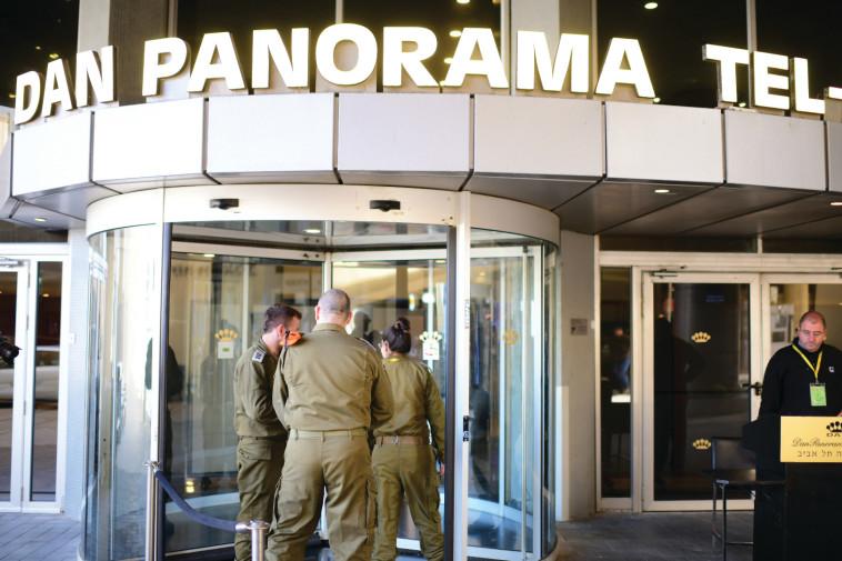 חיילים בכניסה למלונית הקורונה (צילום: תומר נויברג, פלאש 90)