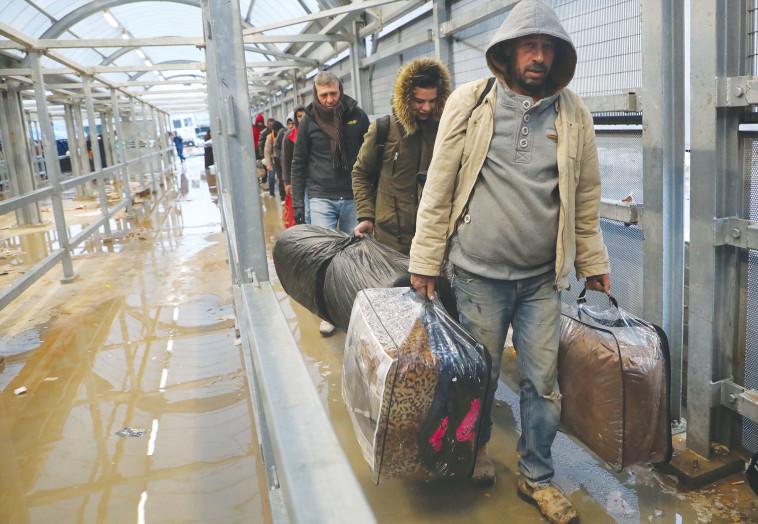 פועלים פלסטינים במעברים (צילום: gettyimages)
