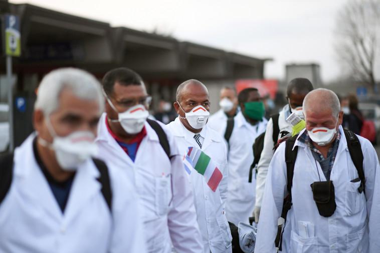 קורונה: משלחת רופאים מגיעה למוקד האסון במילאנו, איטליה (צילום: DANIELE MASCOLO, Reuters)