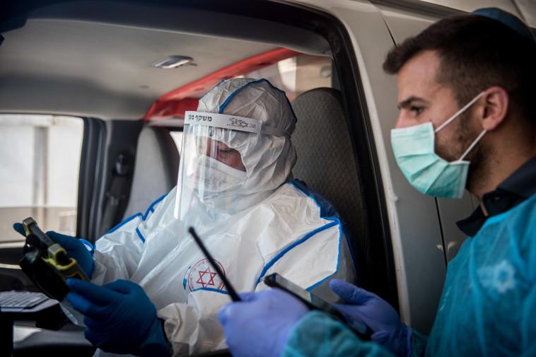 צוות מד''א מתארגן לבדיקת חולי קורונה (למצולמים אין קשר לנאמר בכתבה) (צילום: יונתן זינדל, פלאש 90)