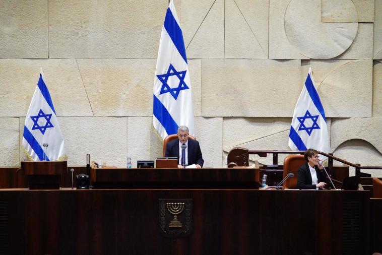 ח''כ עמיר פרץ במליאת הכנסת (צילום: דוברות הכנסת, עדינה ולמן)