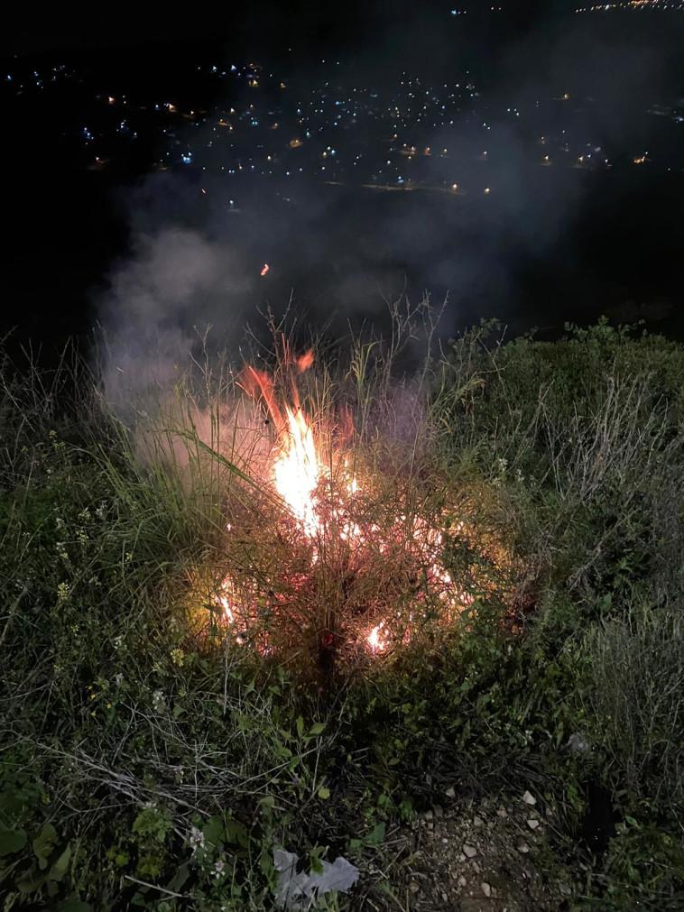שריפה שפרצה כתוצאה מהשלכת בקבוקי התבערה (צילום: דוברות המשטרה)