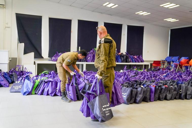 חיילי אוגדת עזה מסייעים בחלוקת חבילות שי לתושבי המועצה האזורית שדות נגב (צילום: דובר צה''ל)