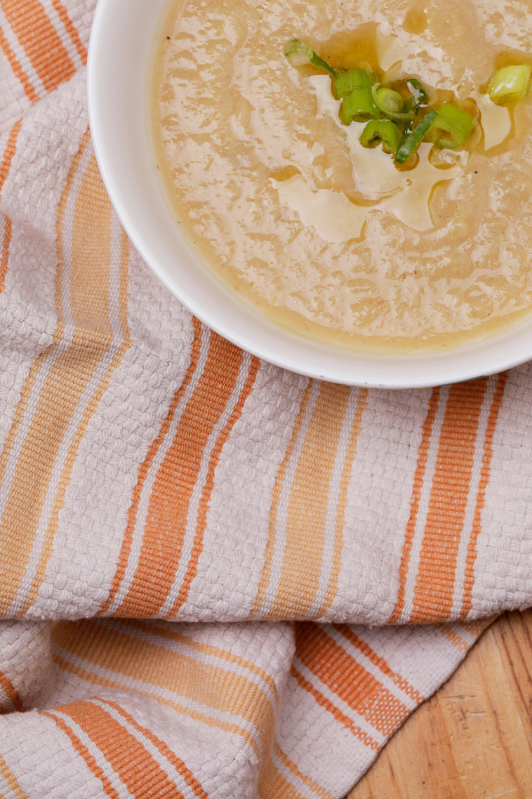 מרק קרם כרובית וכרישה (צילום: מלכיאלה בן שבת)
