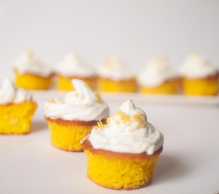 מאפינס צהוב עם לימון וכורכום (צילום: ליליה ויינרוט)