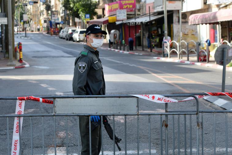 מחסום משטרתי בכניסה לבני ברק (למצולמים אין קשר לנאמר בכתבה) (צילום: אבשלום ששוני)