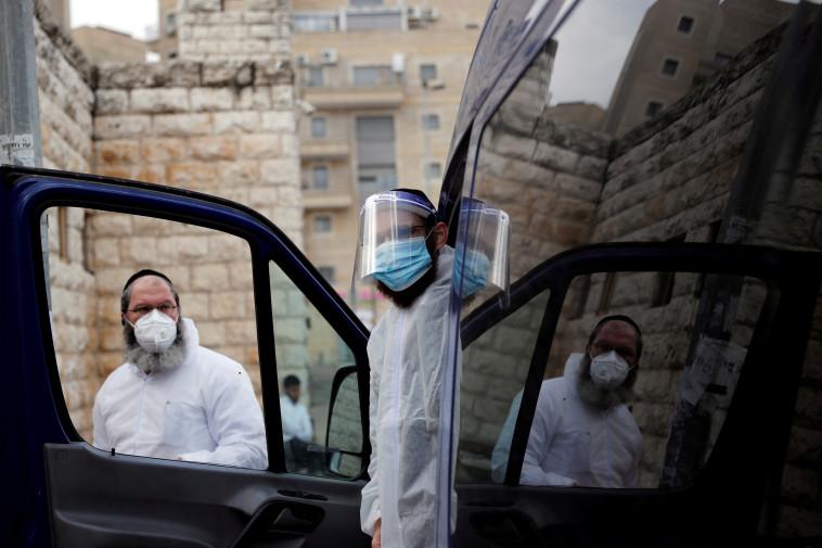 קורונה בישראל - חברה קדישא. למצולמים אין קשר לנאמר בכתבה (צילום: REUTERS/Ronen Zvulun)