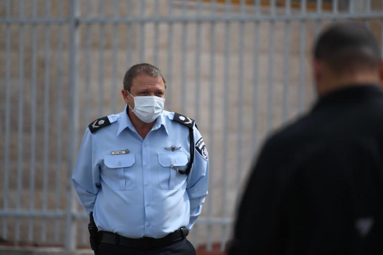ניצב מוטי כהן בסיור ברהט. לא ימונה למפכ״ל הקבוע? (צילום: דוברות המשטרה)