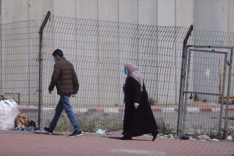 קורונה: פלסטינים מהגדה חוצים את המחסום לישראל (צילום: מרק ישראל סלם)