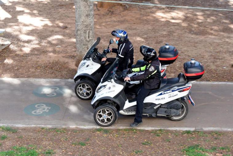 המשטרה אוכפת בת''א את ההנחיה לחבוש מסיכות (צילום: אבשלום ששוני)