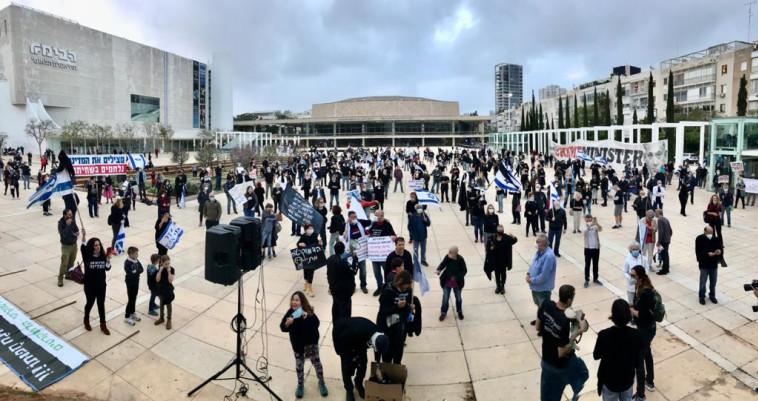 מחאת הדגלים השחורים בכיכר הבימה בתל אביב (צילום: אבשלום ששוני)