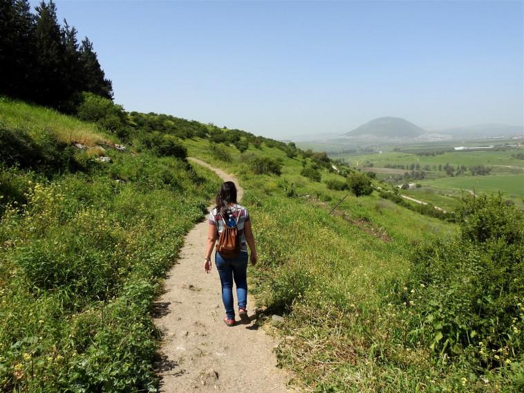 מטיילים בנחל תבור  (צילום: דב גרינבלט, החברה להגנת הטבע)
