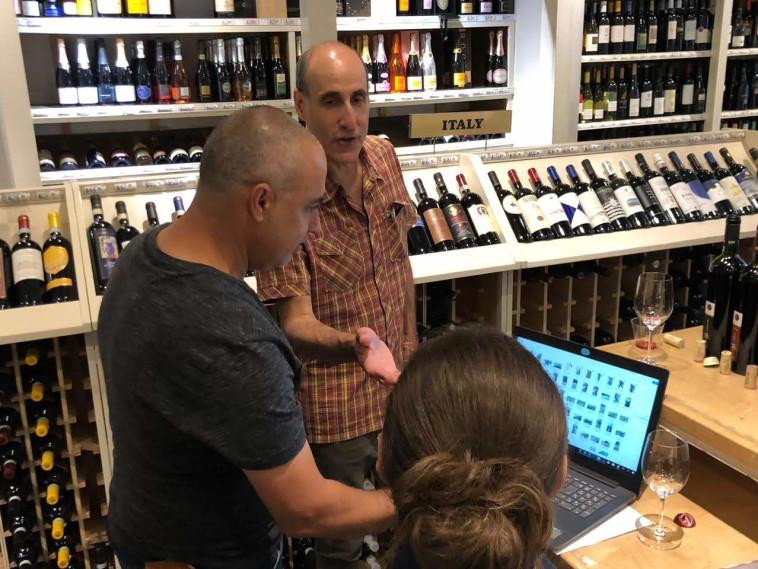 טעימת יין ישראלי בחנות במנהטן (צילום: יח''צ)