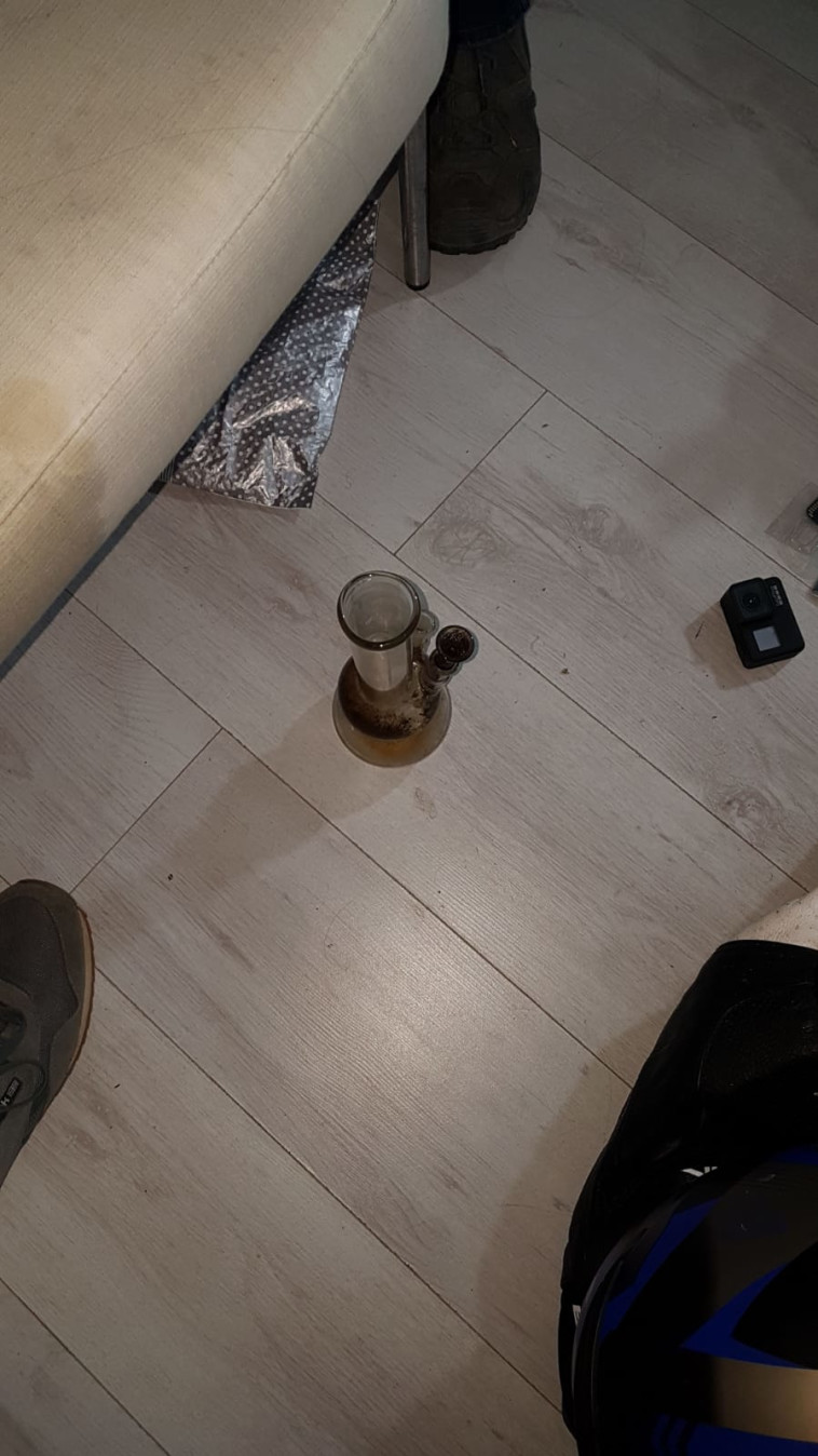 הממצאים שאותרו בביתו של החשוד (צילום: דוברות המשטרה)