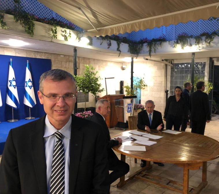 נתניהו, גנץ ויריב לוין בחתימה על ההסכם לממשלת אחדות (צילום: תקשורת ראש הממשלה)