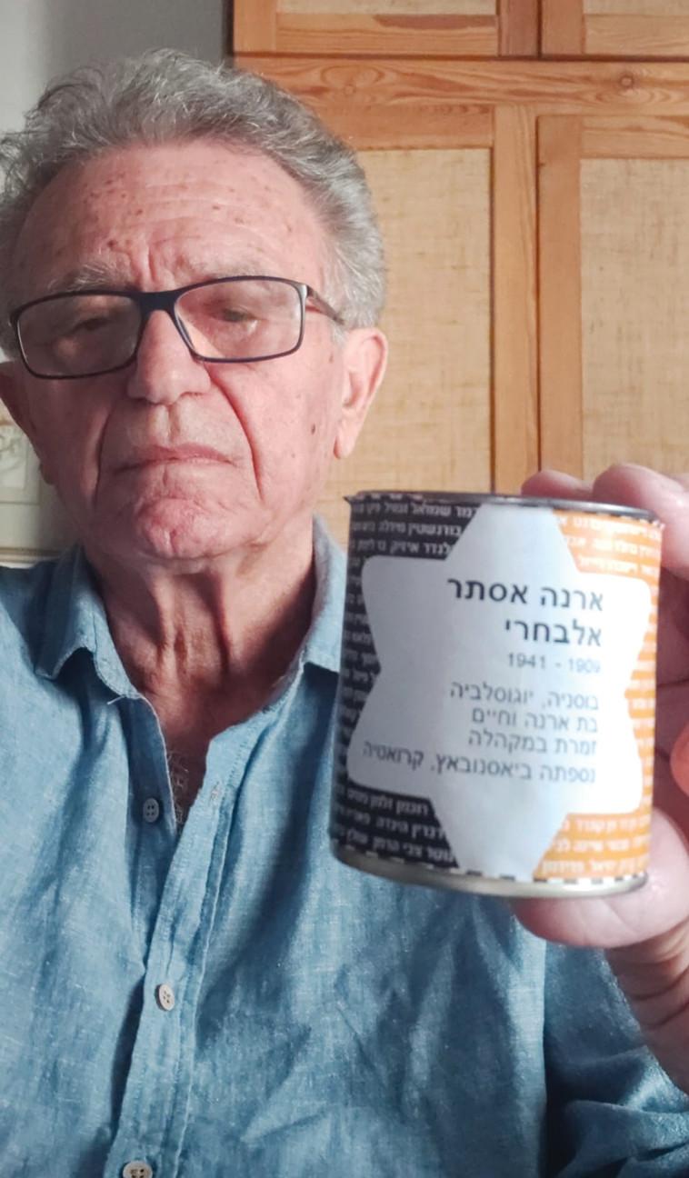 ניצול השואה אבי אלבחרי עם נר הנשמה (צילום: באדיבות המצולם)