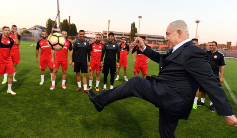 בנימין נתניהו משחק כדורגל (צילום: חיים צח, לע''מ)