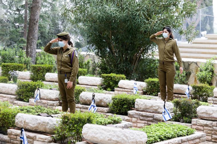 חיילים בהר הרצל (צילום: מרק ישראל סלם)