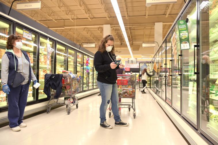 קורונה - אנשים עם מסכות עושים קניות בסופר בניו ג'רזי (למצולמים אין קשר לנאמר בכתבה) (צילום: Michael Loccisano/Getty Images)