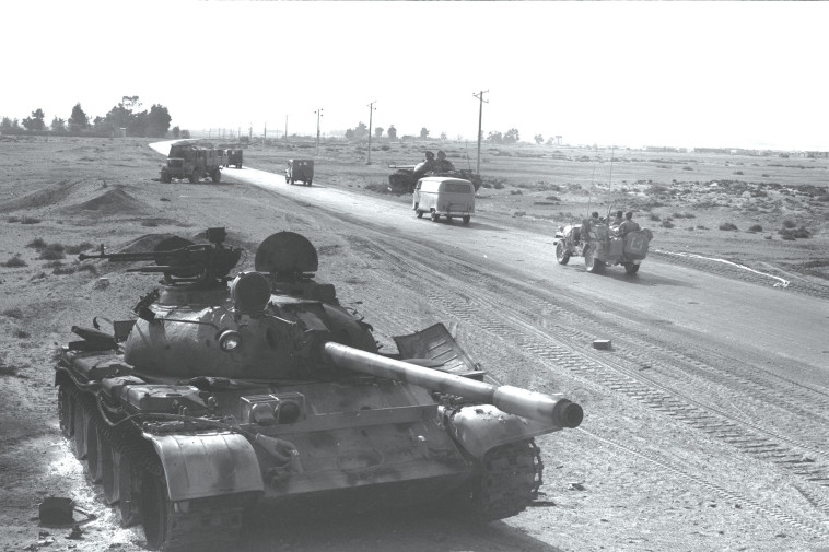 טנק מצרי פגוע במלחמת יום הכיפורים  (צילום: דוד רובינגר, לע''מ)