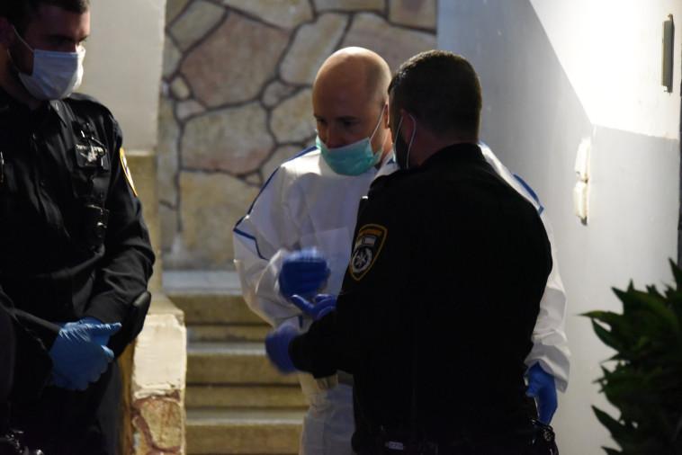 זירת הרצח בחולון  (צילום: דוברות המשטרה)