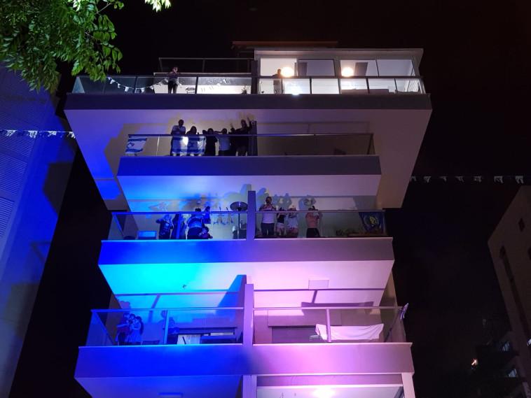 חוגגים עצמאות מהמרפסות בפתח תקווה (צילום: דוברות עיריית פתח תקווה)