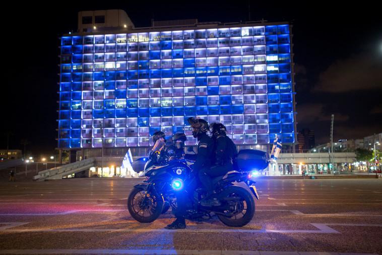 שוטרים בכיכר רבין בערב העצמאות (צילום: מרים אלסטר, פלאש 90)