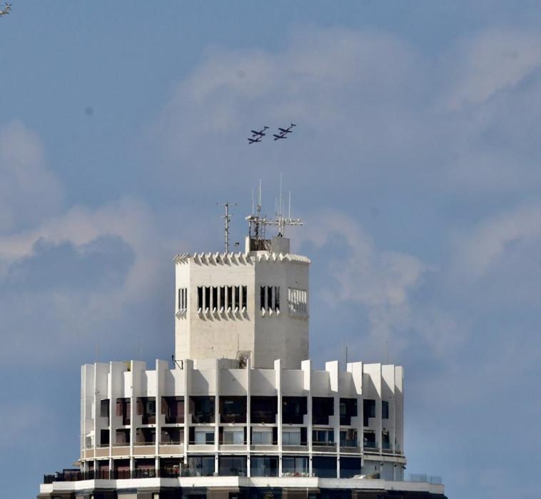 מטס חיל האוויר חולף מעל שמי ת''א (צילום: אבשלום ששוני)