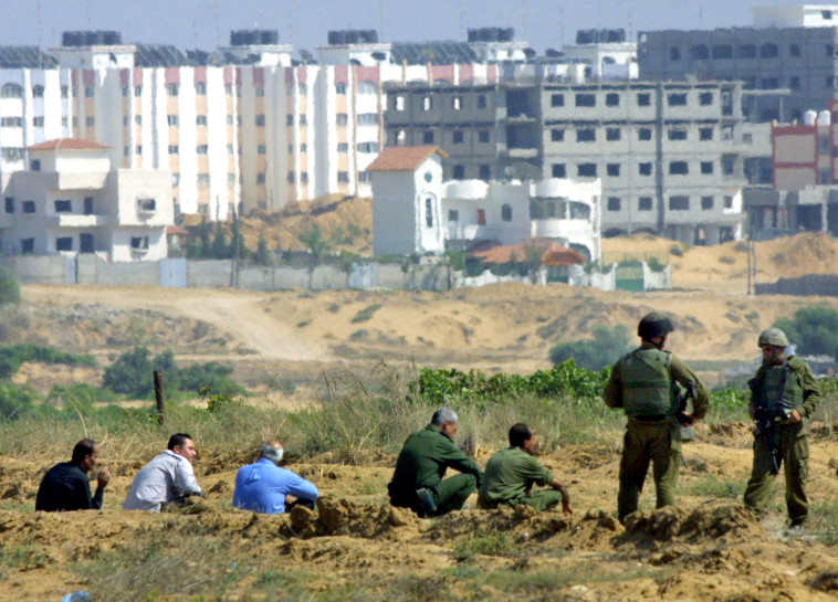 חיילי צה''ל ופלסטינים ליד נצרים (צילום: Abid Katib, GettyImages)