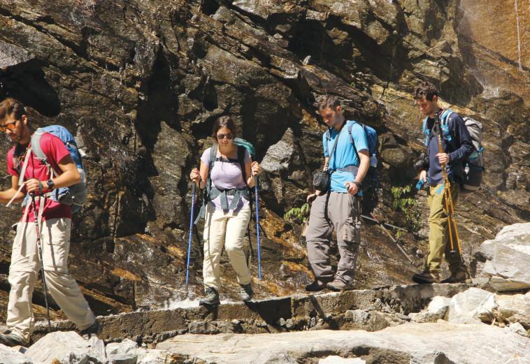 תרמילאים יורדים מההר אחרי אסון האנפורנה (צילום: טל כהן)