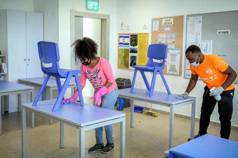 קורונה: מחטאים את בתי הספר לקראת חזרה אפשרית ללימודים (צילום: פלאש 90)