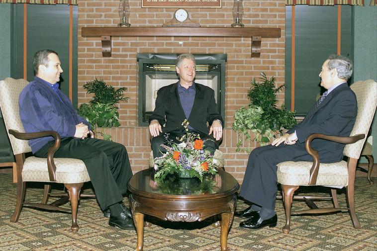 אהוד ברק עם הנשיא קלינטון ושר החוץ הסורי פארוק א־שרע (צילום: לע''מ)
