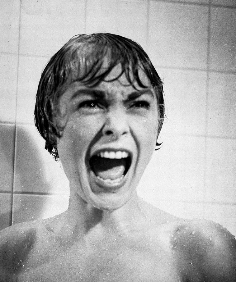 ג'נט לי בסצנת המקלחת המפורסמת ב''פסיכו'' (צילום: באדיבות יס)