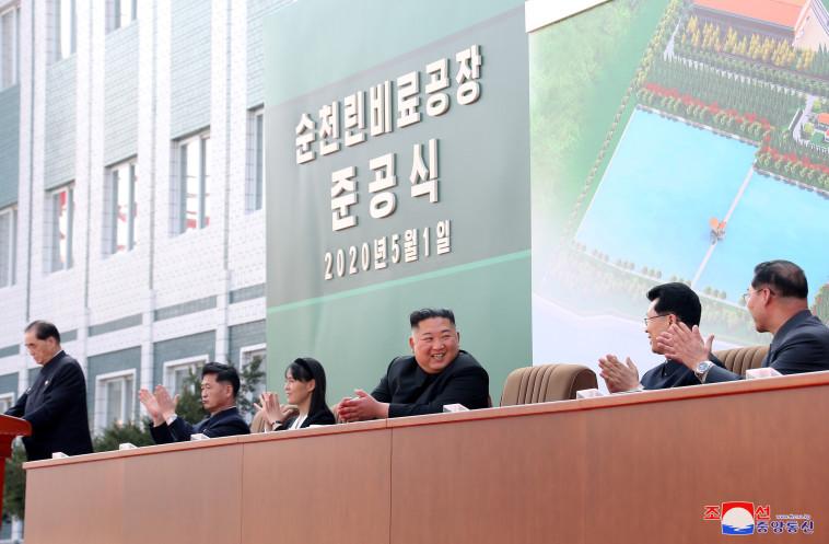 קים ג'ונג און בטקס חנוכת מפעל הדשנים (צילום: רויטרס)
