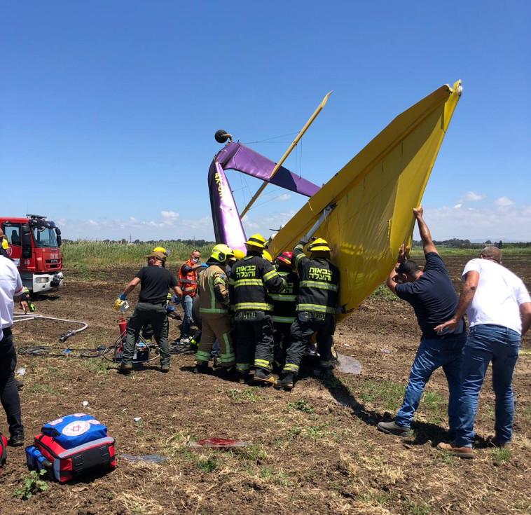 התרסקות מטוס קל בשרון (צילום: דוברות כיבוי והצלה)