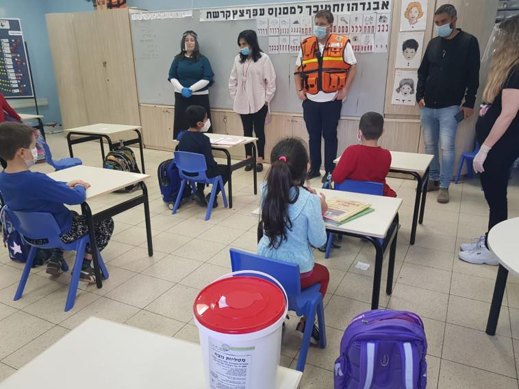 ראש עיריית פתח תקווה רמי גרינברג בסיור בכיתה א בבית ספר נתן יונתן  (צילום: אלון חכמון)