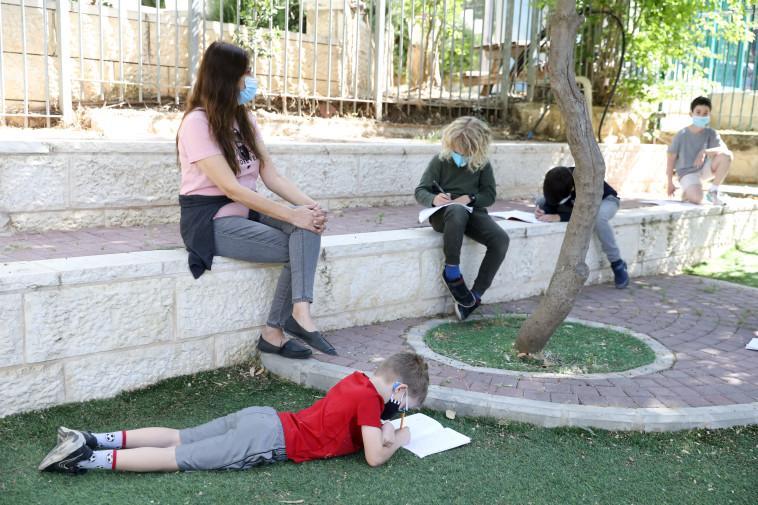 תלמידים בבית ספר בימי קורונה (צילום: מרק ישראל סלם)