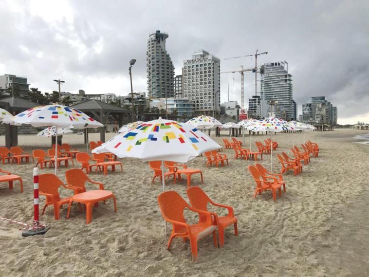 היערכות לפתיחה מחודשת של חופי הים בתל אביב בצל מגבלות הקורונה (צילום: אבשלום ששוני)