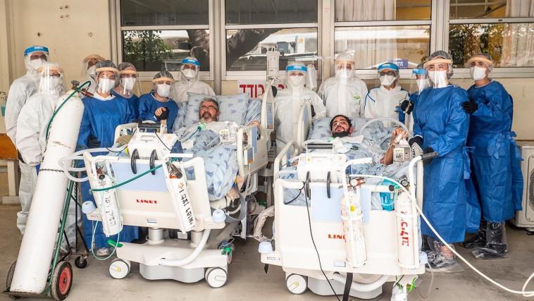 שני חולי הקורונה הקשים ביותר ב''איכילוב'' יצאו לראשונה לחצר בית החולים (צילום: ליאור צור, איכילוב)