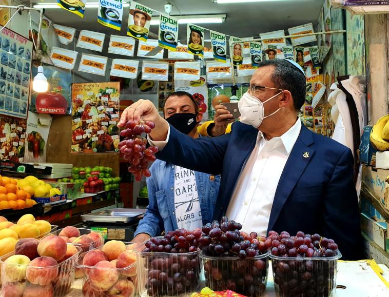 ראש עיריית י-ם משה ליאון בשוק מחנה יהודה  (צילום: דוברות עיריית ירושלים)