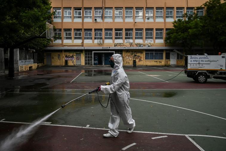 קורונה - חיטוי בית ספר באתונה (צילום: ARIS MESSINIS/AFP via Getty Images)
