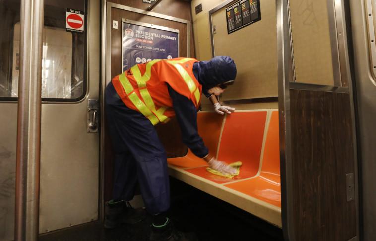 קורונה - גבר מחטא את קרונות הרכבת התחתית בניו יורק (צילום: Spencer Platt/Getty Images)